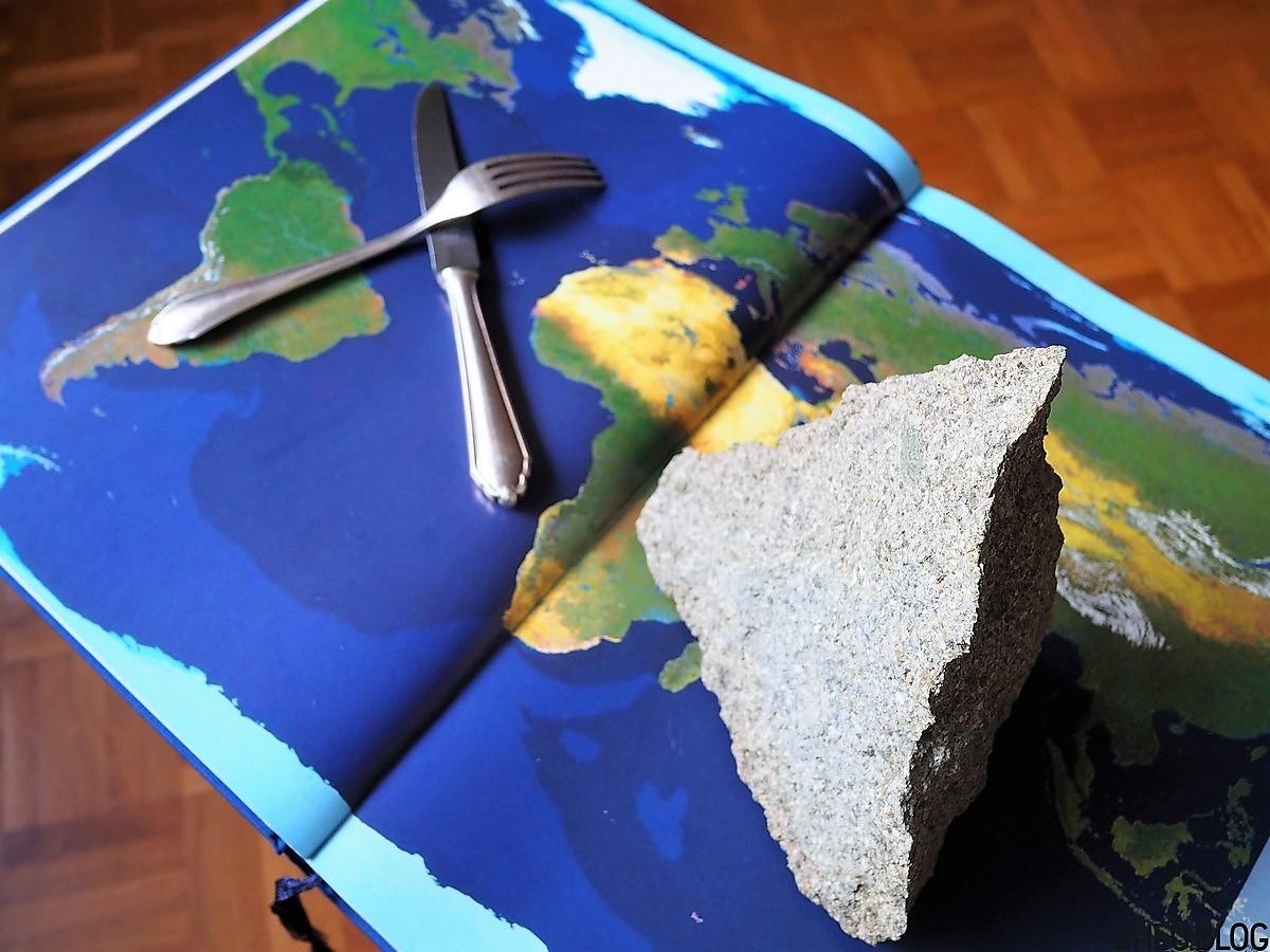 Atlas mit Besteck und Gipfel aus Stein
