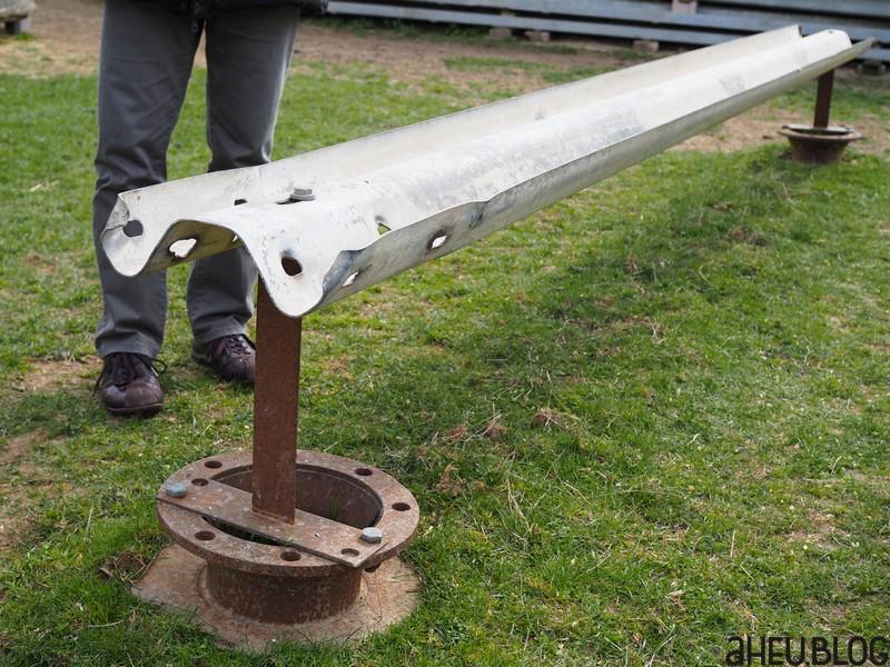 Leitplanke und Metallspule umfunktioniert zu einem Futterbaren