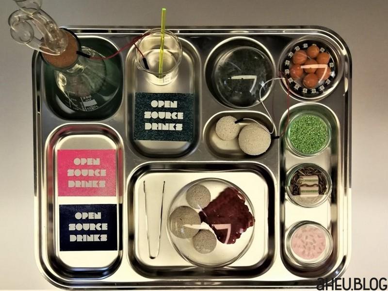 Metalltablett mit Essen wie aus dem Labor