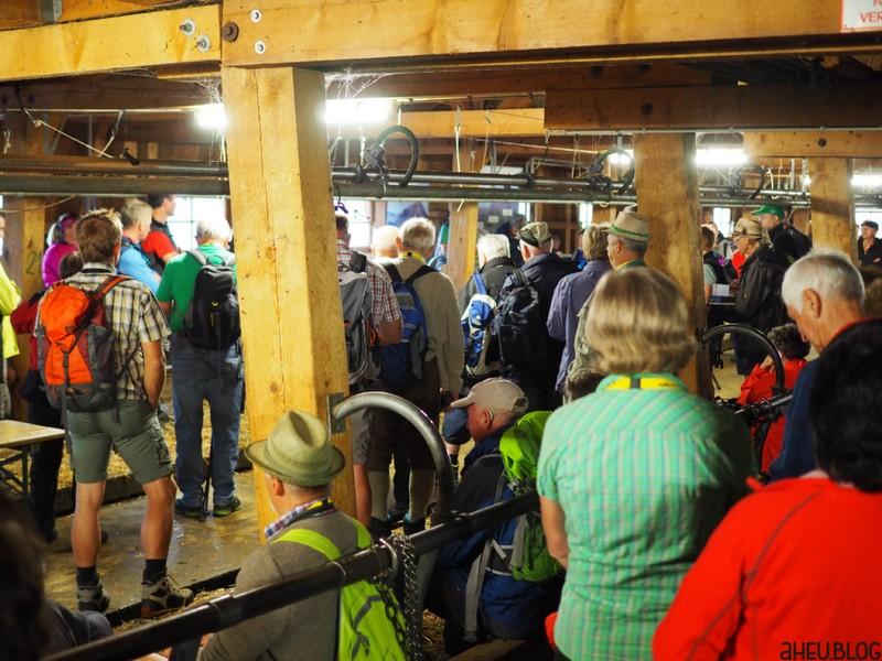 Stall voller Menschen in Wanderkleidung
