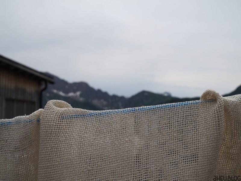 Kästücher auf Wäscheleine vor Bergpanorama
