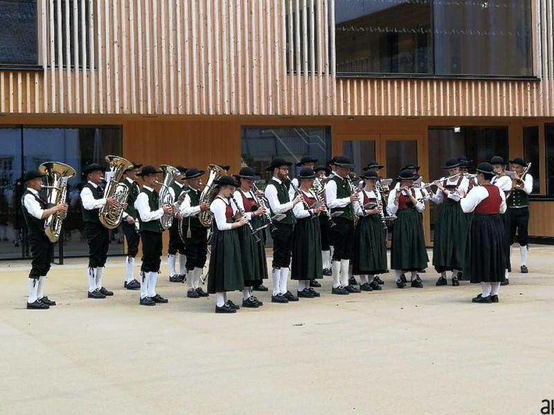 Musikverein Mellau vor typischer Vorarlberger Architektur