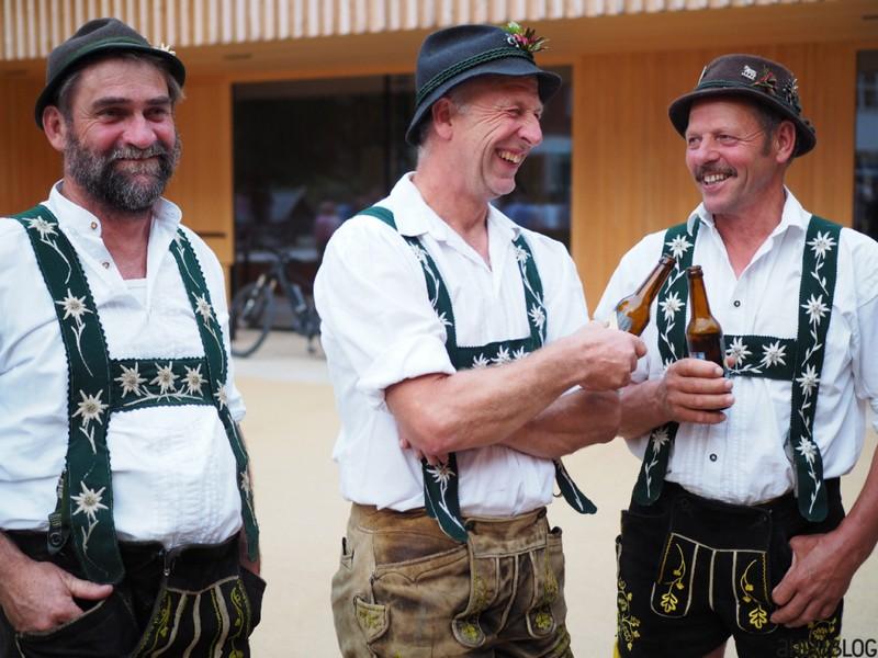 Lachende Männer in Oberallgäuer Tracht