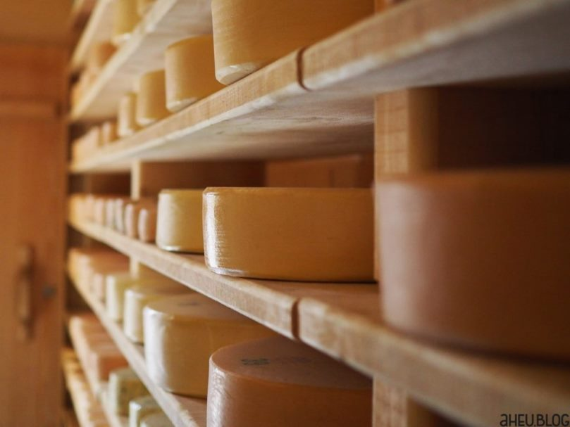 Käse in Holzregal