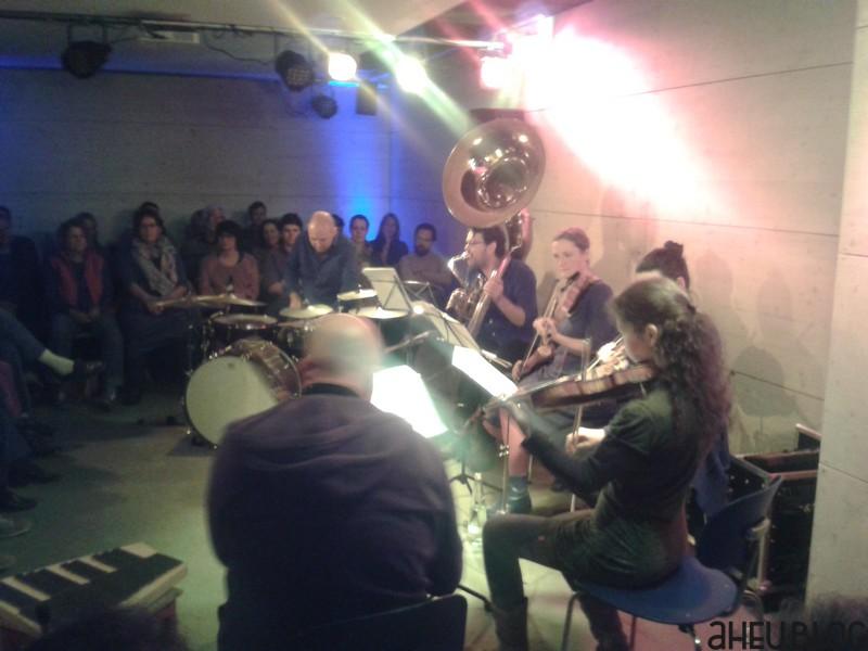 Band mit Drums, Susaphon, Geigen, Bratsche, Akkordeon