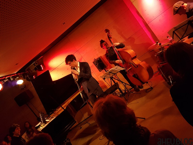 Band mit Piano, Sänger, Bass, Drums