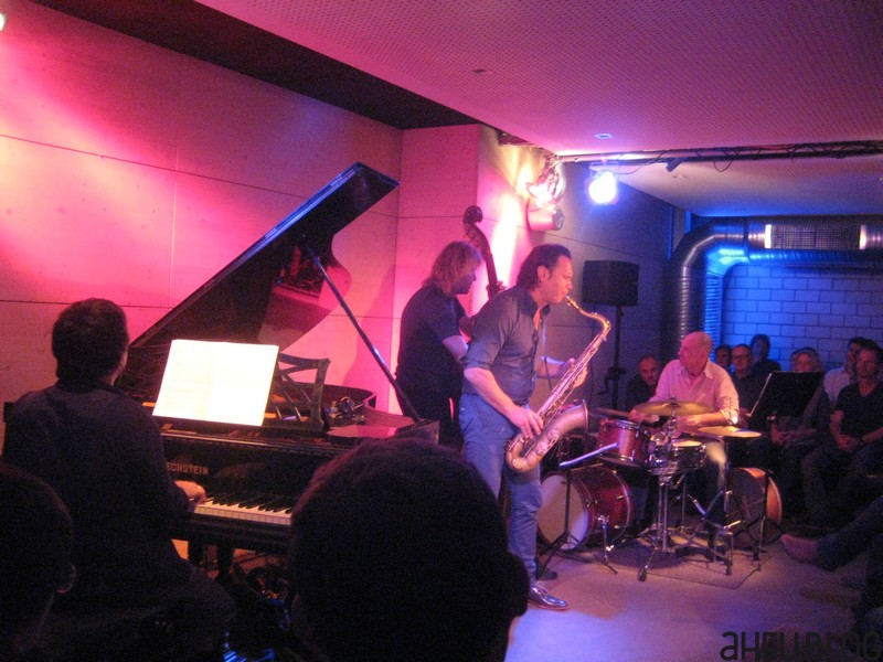 Band mit Piano, Sax, Bass, Drums