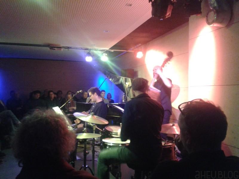 Band mit Piano, Gitarre, Bass, Drums