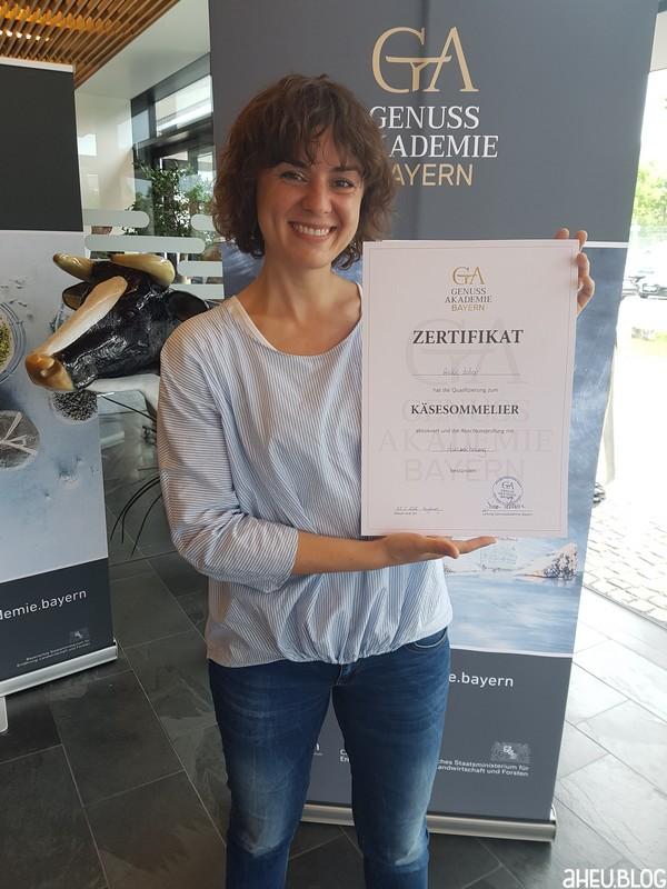 Frau mit Zertifikat
