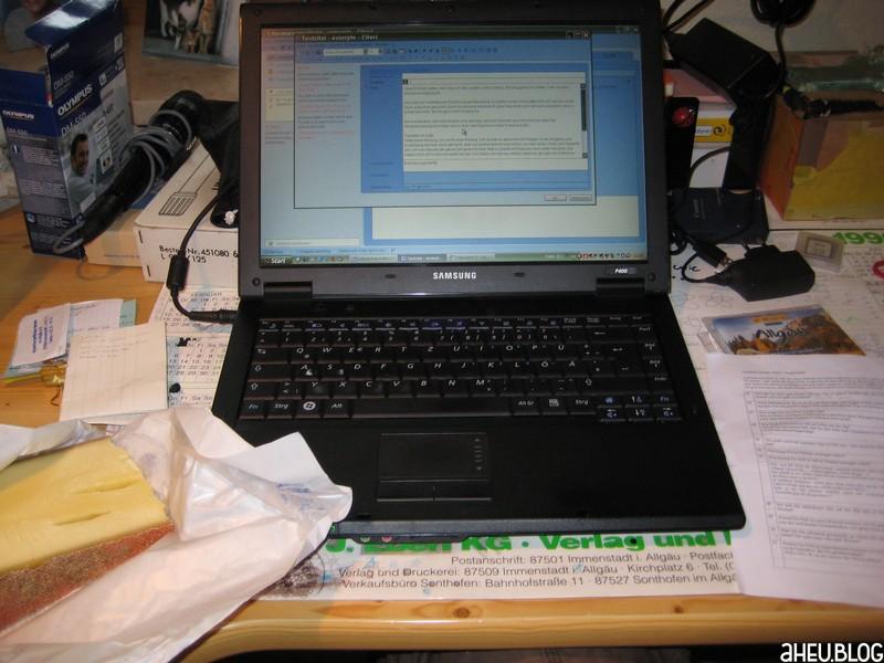 Laptop auf Schreibtisch mit Käse