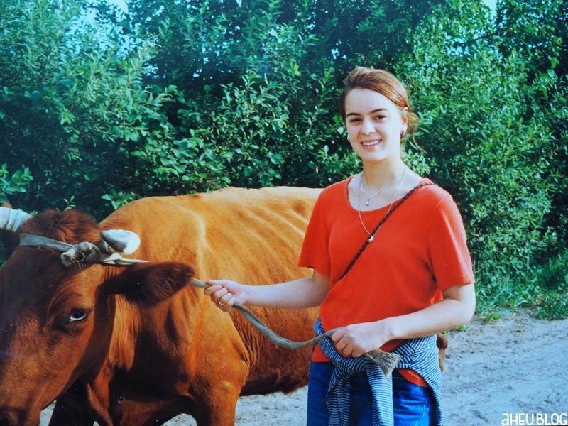 Jugendliche mit Kuh