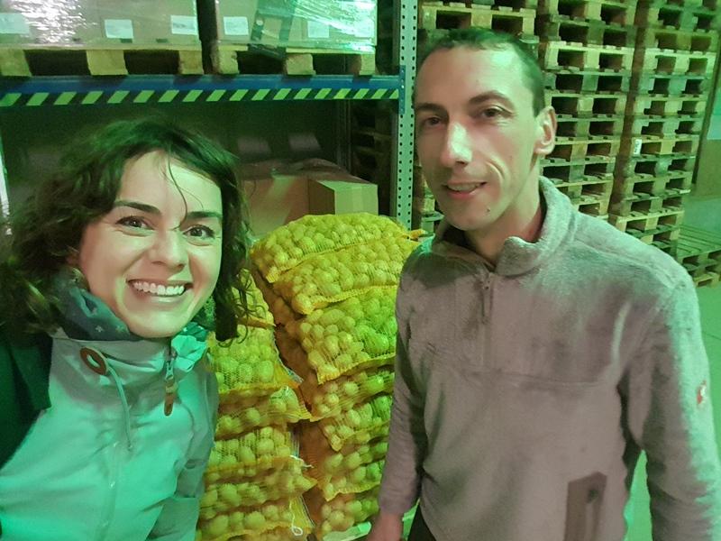 Zwei Menschen in Kartoffellager
