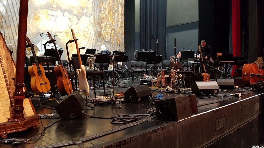 Bühne mit Instrumenten