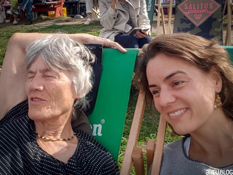 Zwei Frauen in Liegestühlen